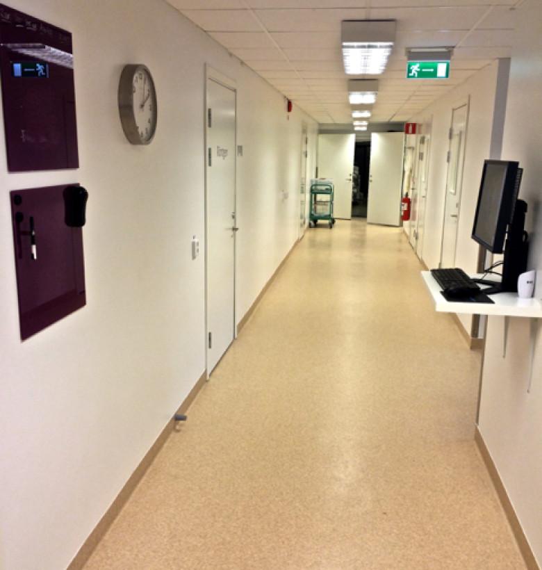 En av korridorerna på kliniken. På skärmen till höger visas röntgenbilder, berättar Natsha.